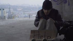 Ο άστεγος Fozen τρίβει τα χέρια του που θερμαίνουν απόθεμα βίντεο