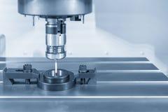 Ο έλεγχος αφής συνδέει στη CNC μηχανή άλεσης για τη διαδικασία βαθμολόγησης με το διαμέτρημα δαχτυλιδιών στοκ εικόνες