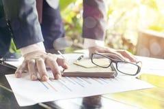 Ο έλεγχος επιχειρηματιών αναλύει σοβαρά τις οικονομικές εκθέσεις Στοκ Εικόνες