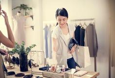 Ο έλεγχος πελατών ντύνει έξω και άρωμα στοκ φωτογραφίες