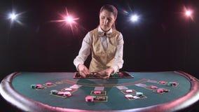 Ο έμπορος χαρτοπαικτικών λεσχών διανέμει γιατί το επιτραπέζιο πόκερ τρία κάρτες είναι η πτώση Μαύρη ανασκόπηση κίνηση αργή απόθεμα βίντεο