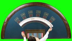 Ο έμπορος χαρτοπαικτικών λεσχών μεταθέτει τις κάρτες πράσινη οθόνη απόθεμα βίντεο