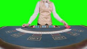 Ο έμπορος χαρτοπαικτικών λεσχών μεταθέτει τις κάρτες πράσινη οθόνη κίνηση αργή κλείστε επάνω φιλμ μικρού μήκους