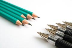 Ο ένας απέναντι από τον άλλον στυλοί και μολύβια, πέντε στυλοί και πέντε μολύβια στοκ φωτογραφίες