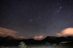 Ο έναστρος ουρανός συνέλαβε το εθνικό πάρκο Karoo, Νότια Αφρική, το χειμώνα Το CL συστάδων, του Orion και Taurus αστερισμού αστερ Στοκ Εικόνα