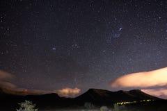 Ο έναστρος ουρανός συνέλαβε το εθνικό πάρκο Karoo, Νότια Αφρική, το χειμώνα Το CL συστάδων, του Orion και Taurus αστερισμού αστερ Στοκ Εικόνες