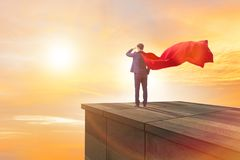 Ο έξοχος επιχειρηματίας ηρώων πάνω από το κτήριο έτοιμο για την πρόκληση Στοκ Εικόνες