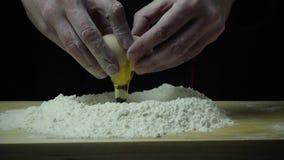 Ο έξοχος σε αργή κίνηση μάγειρας σπάζει το αυγό φιλμ μικρού μήκους