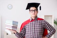 Ο έξοχος σπουδαστής ηρώων με τα βιβλία που μελετά για τους διαγωνισμούς Στοκ Εικόνες