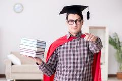 Ο έξοχος σπουδαστής ηρώων με τα βιβλία που μελετά για τους διαγωνισμούς Στοκ φωτογραφία με δικαίωμα ελεύθερης χρήσης