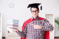 Ο έξοχος σπουδαστής ηρώων με τα βιβλία που μελετά για τους διαγωνισμούς Στοκ Φωτογραφία