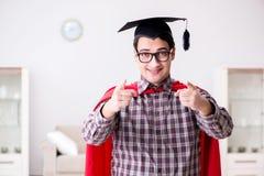 Ο έξοχος σπουδαστής ηρώων που φορά mortarboard σε έναν κόκκινο επενδύτη Στοκ εικόνα με δικαίωμα ελεύθερης χρήσης