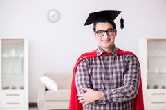 Ο έξοχος σπουδαστής ηρώων που φορά mortarboard σε έναν κόκκινο επενδύτη Στοκ Εικόνες