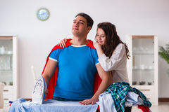 Ο έξοχος σύζυγος ατόμων ηρώων που σιδερώνει στο σπίτι να βοηθήσει τη σύζυγό του Στοκ Φωτογραφίες