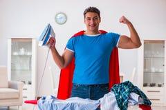 Ο έξοχος σύζυγος ατόμων ηρώων που σιδερώνει στο σπίτι Στοκ Εικόνα
