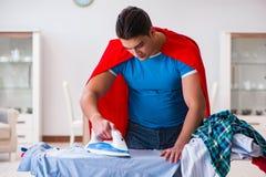 Ο έξοχος σύζυγος ατόμων ηρώων που σιδερώνει στο σπίτι Στοκ Εικόνες