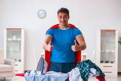 Ο έξοχος σύζυγος ατόμων ηρώων που σιδερώνει στο σπίτι Στοκ Φωτογραφίες