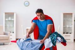 Ο έξοχος σύζυγος ατόμων ηρώων που σιδερώνει στο σπίτι Στοκ φωτογραφία με δικαίωμα ελεύθερης χρήσης