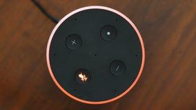 Ο έξυπνος βοηθός τεχνητής νοημοσύνης άποψης ομιλητών τοπ ανάβει από το μικρόφωνο το κόκκινο δαχτυλίδι απόθεμα βίντεο