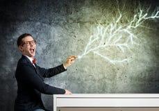 Ο έξυπνος τύπος επισύρει την προσοχή στον τοίχο Στοκ Εικόνα