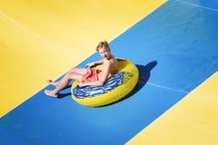 Ο έφηβος έχει τη διασκέδαση στο aquapark Στοκ Φωτογραφία