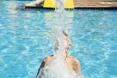 Ο έφηβος έχει τη διασκέδαση στο aquapark Στοκ φωτογραφία με δικαίωμα ελεύθερης χρήσης