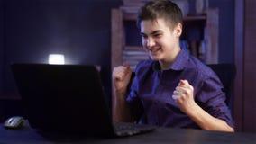 Ο έφηβος αγοριών με το lap-top κερδίζει και ευτυχής Στοκ φωτογραφία με δικαίωμα ελεύθερης χρήσης