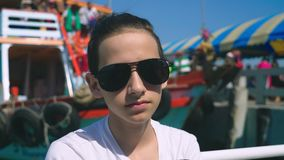 Ο έφηβος αγοριών πάσχει από την ασθένεια κινήσεων ενώ σε ένα ταξίδι βαρκών Φόβος του ταξιδιού ή ασθένεια του ιού κατά τη διάρκεια απόθεμα βίντεο