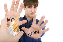 Ο έφηβος αρνείται το τσιγάρο Στοκ φωτογραφία με δικαίωμα ελεύθερης χρήσης