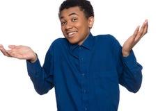 Ο έφηβος αφροαμερικάνων στο πουκάμισο τζιν είναι με την απώλεια στοκ εικόνες