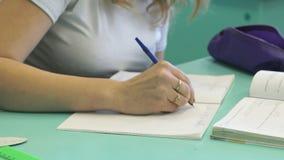 Ο έφηβος γράφει στο copybook στο μάθημα απόθεμα βίντεο