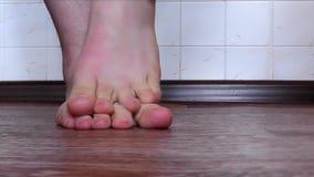 Ο έφηβος γρατσουνίζει τα πόδια του λόγω του μύκητα και των αλλεργιών ποδιών φιλμ μικρού μήκους