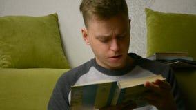 Ο έφηβος διαβάζει ένα βιβλίο, παίρνει συναισθηματικός και σταματά την ανάγνωση που πιέζεται και που ματαιώνεται απόθεμα βίντεο