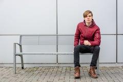 Ο έφηβος είδε κάτι που επίασε το whi προσοχής του Στοκ εικόνες με δικαίωμα ελεύθερης χρήσης