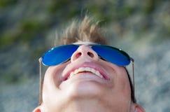 Ο έφηβος εξετάζει τον ουρανό και το χαμόγελο Στοκ φωτογραφία με δικαίωμα ελεύθερης χρήσης
