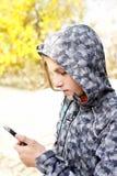 Ο έφηβος επικοινωνεί τηλεφωνικώς Στοκ εικόνες με δικαίωμα ελεύθερης χρήσης