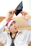 Ο έφηβος ελέγχει το πορτοφόλι στοκ εικόνες