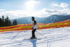 Ο έφηβος κάνει σκι σε ένα χιονοδρομικό κέντρο στα βουνά στοκ εικόνες
