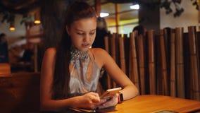 Ο έφηβος κοριτσιών αναμένει τη διαταγή στο παν-ασιατικό εστιατόριο καΠαπόθεμα βίντεο