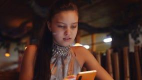 """Ο έφηβος κοριτσιών κάνει σερφ Ï""""Î¿ Διαδίκτυο σε αναμονή για την προετοιμ απόθεμα βίντεο"""