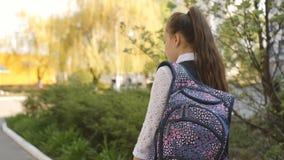 Ο έφηβος μαθητριών προέρχεται κατ' οίκον από το σχολείο με ένα σακίδιο πλάτης στους ώμους του απόθεμα βίντεο