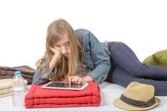 Ο έφηβος με μια ψηφιακή ταμπλέτα είναι 0 Στοκ Φωτογραφίες