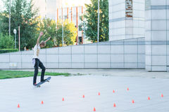 Ο έφηβος οδηγά skateboard στοκ φωτογραφία με δικαίωμα ελεύθερης χρήσης