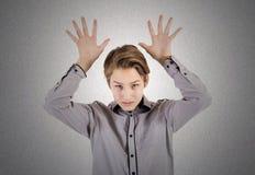 Ο έφηβος παρουσιάζει σημάδια χεριών Στοκ φωτογραφία με δικαίωμα ελεύθερης χρήσης