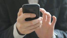 Ο έφηβος που κρατά το κινητό τηλέφωνο κλείστε επάνω απόθεμα βίντεο