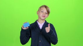 Ο έφηβος που ψάχνει μια πιστωτική κάρτα και παρουσιάζει δροσερό στην πράσινη οθόνη κίνηση αργή απόθεμα βίντεο