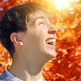 Ο έφηβος χαίρεται το φθινόπωρο Στοκ Εικόνες