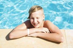 Ο έφηβος χαλαρώνει στη λίμνη Στοκ φωτογραφίες με δικαίωμα ελεύθερης χρήσης