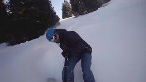 Οδήγηση ατόμων Snowboarder στα χιονώδη βουνά ορών, ελβετικά απόθεμα βίντεο