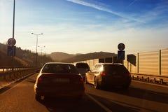 Οδήγηση αυτοκινήτων κάτω από τη εθνική οδό Στοκ εικόνα με δικαίωμα ελεύθερης χρήσης
